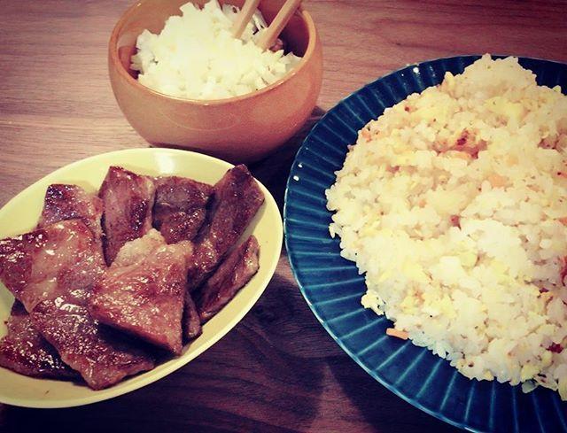 晩ごはんです。 自炊です。 奥の器は、ネギに覆われた納豆です。 #自炊 #晩御飯 #納豆 #肉
