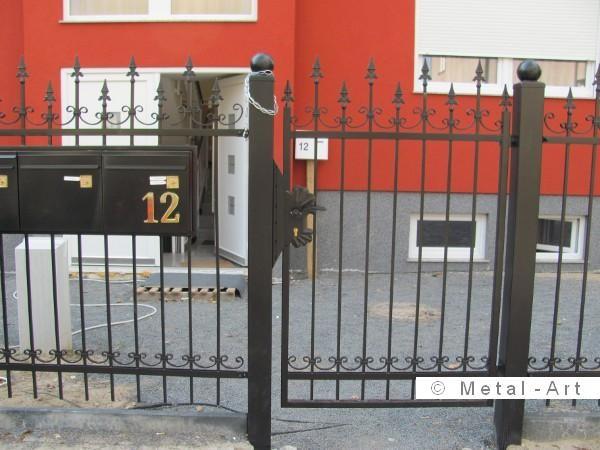Fabulous Hoher Schmuckzaun aus Schmiedeeisen f r ein Mehrfamilienhaus mit elektrischem Einfahrttor