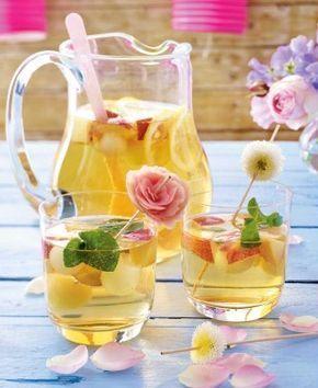 Weißweinbowle mit Nektarinen und Melone Rezept: Nektarinen,Honigmelone,Bio-Zitrone,Weißwein,Sekt,Mineralwasser,Minze,Holzspieße,Verzieren