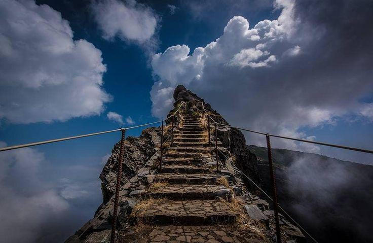 Miradouro do Pico do Areeiro situa-se no segundo pico mais alto da ilha da Madeira, com 1818 metros de altitude.  Deste miradouro temos uma excelente vista panorâmica sobre o maciço central da ilha da Madeira. Aqui podemos iniciar um dos mais espetaculares percursos pedestres em direção ao ponto mais alto do arquipélago, o Pico Ruivo, com 1.862 metros.