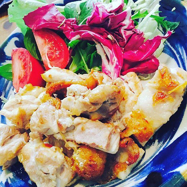 🌟鶏モモの塩焼き🌟 . . simple is best👍🏻👍🏻👍🏻 コレ美味しいです(笑)‼️ . . #時短 #簡単 #美味しい がmotto😊✨ . . 無油調理で鶏の油をしっかりカットできるので、ジューシーでボリュームあるけどダイエットにもオススメ👙💕✨ . . 今回はアッサリ塩のみで頂きましたが、わさびや柚子胡椒を添えてもgood👍🏻 醤油:みりん=1:2で照り焼きチキンもオススメです💕 . お弁当のおかずにもバッチリ🙆 . . #TAKAPAN#出張クッキング #無水鍋 #クイーンクック #happy #手作り#料理#レシピ#デリスタグラマー#delistagramer #lunch #夕ご飯 #dinner #おうちごはん #おうちカフェ #お弁当 #オーガニック #ふたりごはん  #food #foodstagram #ママ友 #instafood #instagood #like4like #follow #diet #肉