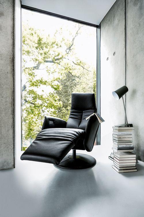 Einfach zurücklehnen. Sessel Contur Girona mit Herz-Waage-Funktion von Spitzhüttl Home Company. #einrichtung #möbel #sessel #leder #contur