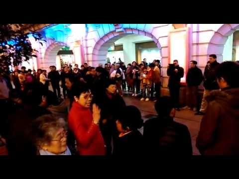 Caotica China: Visiones Urbanas. Bailes Nocturnos en Nanjing Dong Lu (Sh...