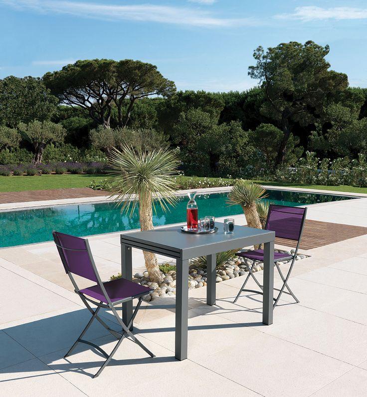 Convenant à tous les espaces, la table #Sofy et les chaises pliantes #Florence de #Vlaemynck pourront recevoir autant d'invités que vous le souhaitez.