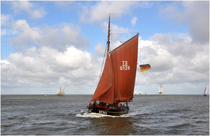 """Der Finkenwerder Hochseekutter  """"Astarte""""  am 25.08.2010 einlaufend Bremerhaven (Sail 2010) L:25m/B:6,05m/Tg:2,50m/Segelfläche 210 m2 / 150 PS/Baujahr 1903 / Eigner: Schiffergilde Bremerhaven.Mit diesem Schiff konnte ich 1981 eine 10-Tagereise nach Helgoland (Regattabegleitung)und Hörnum auf Sylt machen. Die Rückreise von Hörnum nach Helgoland (14 Stunden)  bei Windstärke 7/8 werde ich nicht vegessen! Aufnahme von Bord des Raddampfers  Freya"""