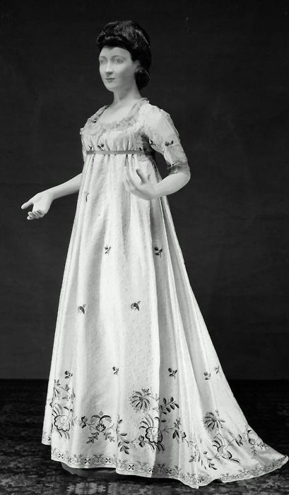 ca. 1790. Beautiful and comfortable round gown.
