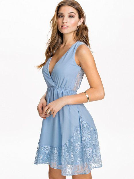 V - Neck Lace Hem Dress - Nly Blush - Ljus Blå - Festklänningar - Kläder - Kvinna - Nelly.com