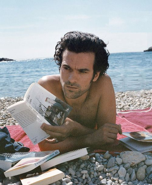 Romain Duris reads.
