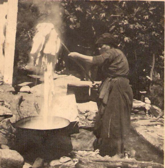 Πλύσιμο ρούχων ( το βράσιμο ήταν απαραίτητο, υπήρχαν και ζωίφια).