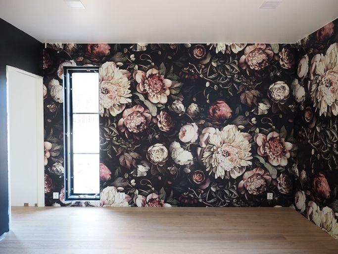Tänään raksalla saatiin talon ainut tapetti seinään. Kirjoittelin täällä jonkin aika sitten tästä  Ellie Cashman designin tapetista mihin ...