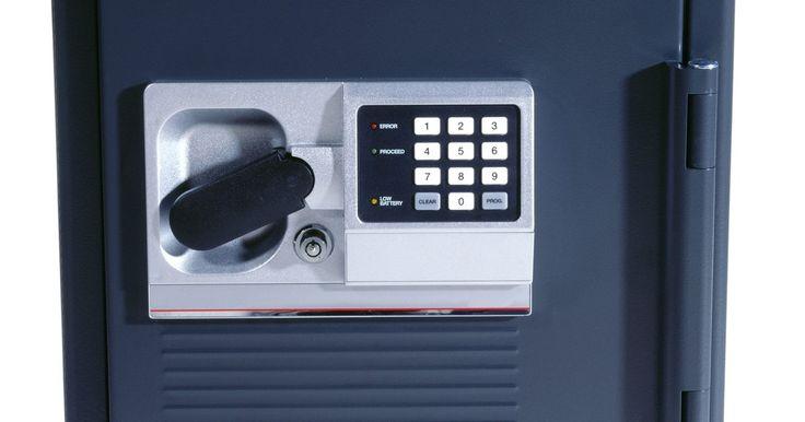 Cómo acceder a una caja fuerte Honeywell si se agotaron las pilas. Para abrir la caja fuerte electrónica Honeywell debes ingresar la contraseña usando el teclado numérico de 12 dígitos. Si se agotan las baterías, tal vez pienses que no es posible abrir la caja; sin embargo, la mayoría de las cajas fuertes de esta marca están equipadas con una cerradura de anulación para emergencias y un juego de llaves, por lo ...