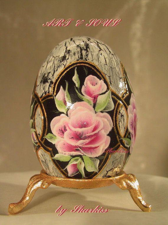Pasen traditie en stijl, ontworpen en gemaakt door Lana Sharkiss.  Houten ei - hoogte 7 cm (zonder standaard).  Dit ei is een hand geschilderd en het gedecoreerd aan beide zijden met behulp van gemengde decoratieve technieken, acrylverf, en vervolgens helemaal droog tekening zijn verzegeld met verschillende lagen van watergedragen vernis, zodat het ziet eruit als een porselein en de kleur niet chip af of krassen.  Ik ben bezig met geselecteerde materialen met zeer hoge kwaliteit.  Elk ei is…