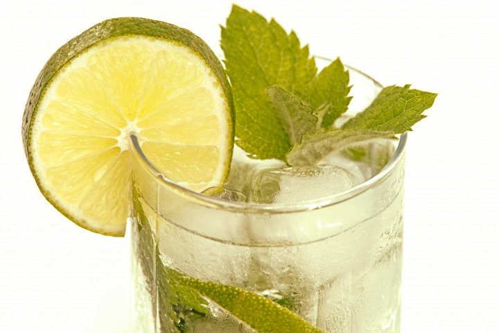 A limonada com hortelã é uma receita muito saborosa. Essa bebida é bem simples de ser preparada. Segue as informações de como preparar essa receita, é mostrado o passo a passo, desde os ingredientes ao modo de preparo. Limonada com hortelã (Fonte: pxhere , CC 0.0)  Receita de Limonada com Hortel...
