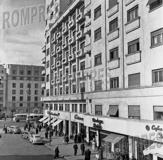 Bucureşti Intersecția str. Batiștei - Bd. Nicolae Bălcescu, 1958  În 1957, fusese finalizat imobilul construit în locul Blocului Carlton (în fundal)