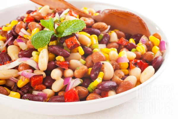 Mettre les ingrédients de la salade dans un bol. Faire la vinaigrette dans un autre bol et la mélanger...