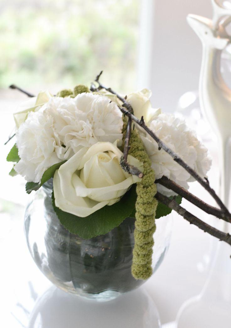 Kauniit Kodit -lehden kuvauksen kukka-asetelmat ja tunnelmavaloja. Kukka-asetelma Helmivillakosta