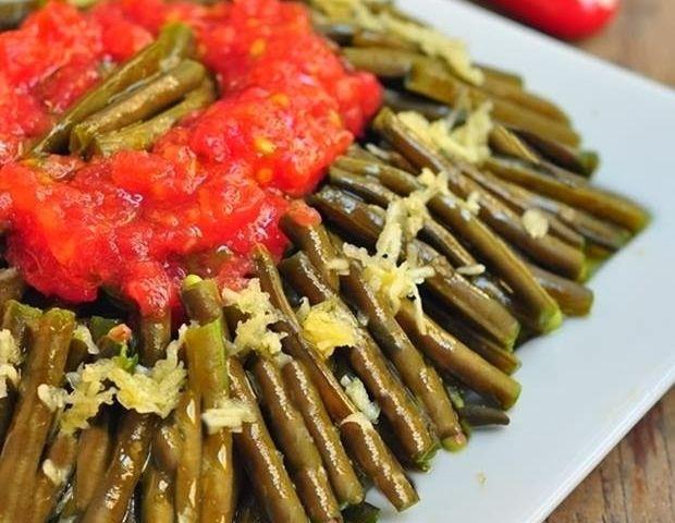 Yeşil Börülce Salatası En sevdiğim salatalardan biridir:)Börülce salatası,bol sarımsaklı ,bayılırıııııııı:))Yanında yemeğe filan gerek yok benim için,tek başına öğün olur bana:)Yazın,bol bol buzluğa atarım,kışın yiyebilmek için.. Zeytinyağı, limon, sarımsak ve domates rendesinin suyu birbirine karışır ya… O suyuna da ekmek banılır ya…Yaz aylarıının baan göre en güzel sebzelerinden biri,ayrıca faydalarıda saymakla bitmiyor, Doyulmaz bir lezzettir benimRead More