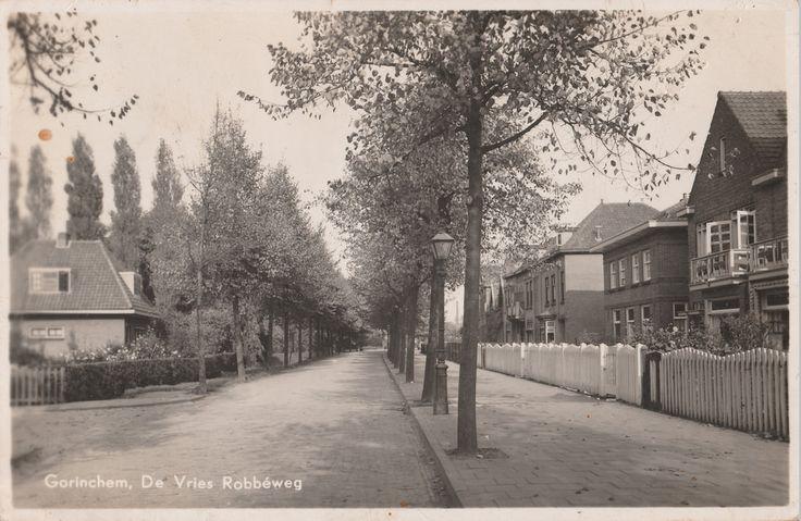 De Vries Robbéweg in Gorinchem. Kaart heeft een poststempel van 1943. Links de Paulus van der Lindenstraat.