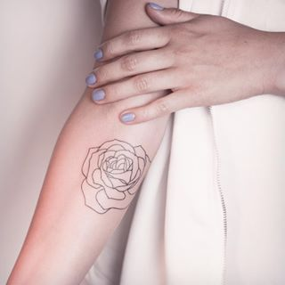 Cette rose minimaliste. | 21 tatouages de plantes qui vont vous donner envie