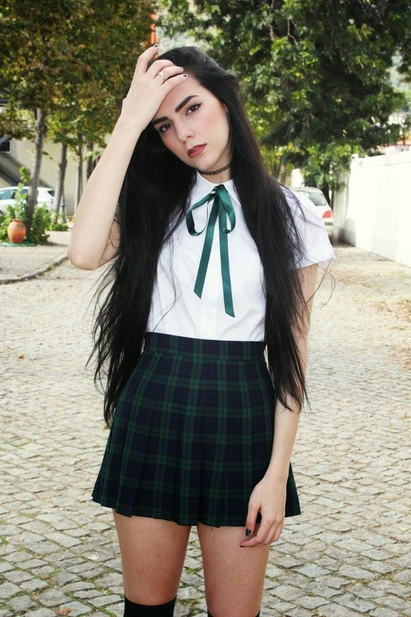 I like her green ribbon touch, very preppy and good for school