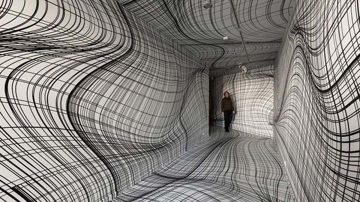 Головокружительная настенная графика художника Питера Коглера (Peter Kogler), напоминающая деформированные кривые зеркала, превратила не один центр, галерею и разного рода вестибюли в места, в кото…