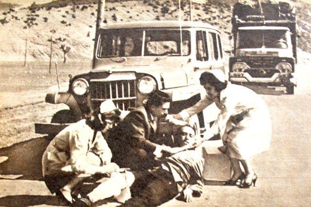Üstte Bolu'da bir trafik kazasında yardımda bulunan mavi melekler ve bir ilk yardımcı. Yanda : Kızılay ileri gelenleri, mavi melekler ve ilk yardımcılar Aktaş'taki ilk yardım istasyonunun giriş kapısı önünde toplu bir halde görülmektedirler...1962