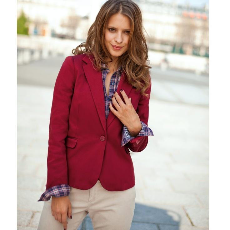 Sacou din bumbac satinat rosu, ideal de asortat la o pereche de pantaloni crem. Asortati o camasa in carouri. Daca sunteti interesati de mai multe culori, intrati in site la galeria de poze ==>> http://thankyou.ws/sacouri-de-dama-2013-acelasi-model-cu-materiale-si-culori-diferite #sacouri2013 #sacouridama #cesacourisepoarta #laredoute