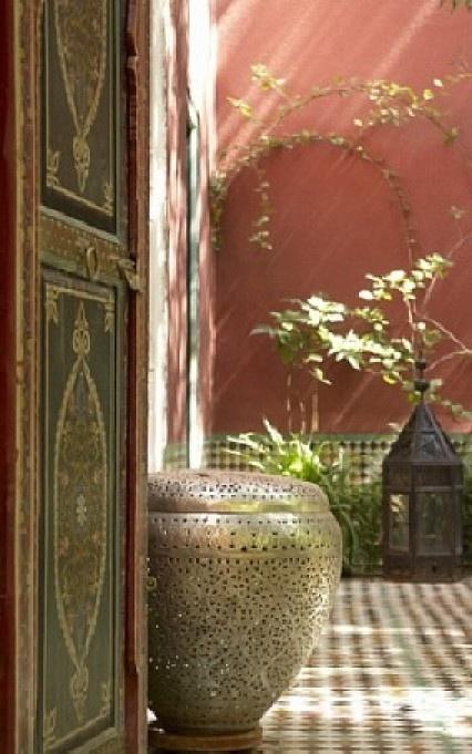 Prachtig die versierde deuren en combineert goed met die warme Terra kleur van de muur. Door Marian1958