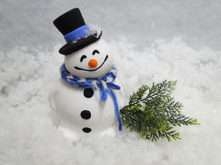 """In sfarsit a venit zapada si la noi! Dorim sa impartasim aceasta bucurie cu voi urandu-va un """"La multi ani!"""" calduros cu acest omulet simpatic de nea, fie ca noul an sa va aduca numai bucurii, zambete, multa inspiratie si creativitate la maxim! :)"""