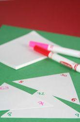 Een flitsspelletje voor tafels van delen en vermenigvuldigen. Op driehoekige kaartjes wordt boven aan een product geschreven en in de twee benedenhoeken de twee factoren. Bijvoorbeeld 63 bovenin en 9 en 7 onderin. Bij het flitsen houd je nu een duim over een van de hoeken. Zo kun je dus zowel vermenigvuldigen als delen oefenen en bovendien dat belangrijke verband tussen die twee weer eens benadrukken.