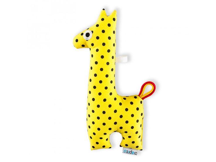 Chrastítko žirafa - žlutý puntík . Žirafa je navržená tak, aby se dětem dobře držela za úzký krk. Zároveň chrastí, a pomáhá tak rozvíjet sluch i jemnou motoriku.