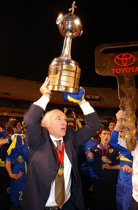 Carlos Bianchi alzando otra Copa... Títulos a nivel internacional      Copa Libertadores 2000     Copa Intercontinental 2000     Copa Libertadores 2001     Copa Libertadores 2003     Copa Intercontinental 2003