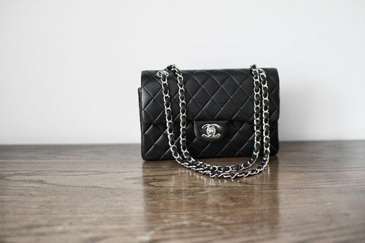 Ikke destro mindre er jeg ret ligeglad, for ovenstående er mit kæreste eje. Tasken er en klassisk Chanel 2.55'er med ...