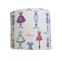 Wat een mooie retro print op deze wandlamp met die mooie jurkjes uit Parijs, Londen of Milaan. Voor grote en kleine meisjes!