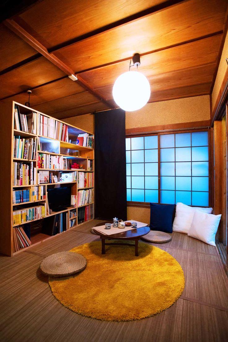 夜は、まったり、リビング横の和室で読書タイム☆ 日本人ならやはり床にゴロンと足を投げ出して、まったりと夜の時間を楽しみたいものです。リフォーム後の和室。まんまるの照明とちゃぶ台がかわいい