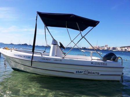 Ciekawy i oryginalny sposób na zwiedzanie wybrzeży wyspy. Wynajem łódek z małymi silnikami na pół dnia i na cały dzień. Paliwo jest wliczone w cenę. Aby wynająć łódkę nie są wymagane licencje ani patenty. W cenie wynajmu ubezpieczanie i sprzęt ratunkowy. Łodki mieszczą na swoim pokładzie 5 osób.   Wynajem łódki na pół dnia od 11 do 15.30 cena 150 euro Wynajem łódki na pół dnia od 16.30 do zachodu słońca, cena 150 euro Wynajem łódki na cały dzień od 11 do zachodu słońca, cena 260 euro