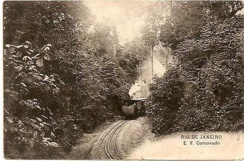 ESTRADA DE FERRO CORCOVADO - Postal com o trem tipo cremalheira e sua passagem na mata do morro corcovado, a caminho do chapéu Sol, é mais uma estrada de ferro antiga.
