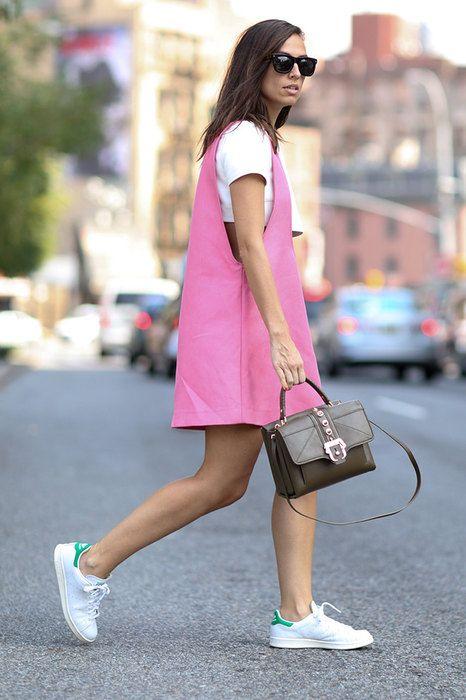 Несмотря на то что кроссовки уже давным-давно покинули пределы спортзалов, многие девушки по-прежнему не решаются надеть их с романтичным платьем или брючным костюмом.