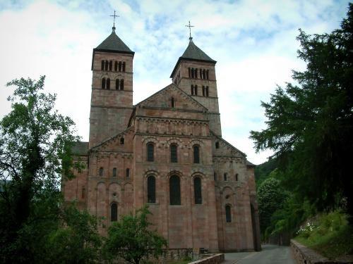 Uitzijn verleden bleef een prachtige, romaanse kerk over - Omringd met groen heeft de abdij van Murbach, gesticht in 727, een magnifieke romaanse abdijkerk…