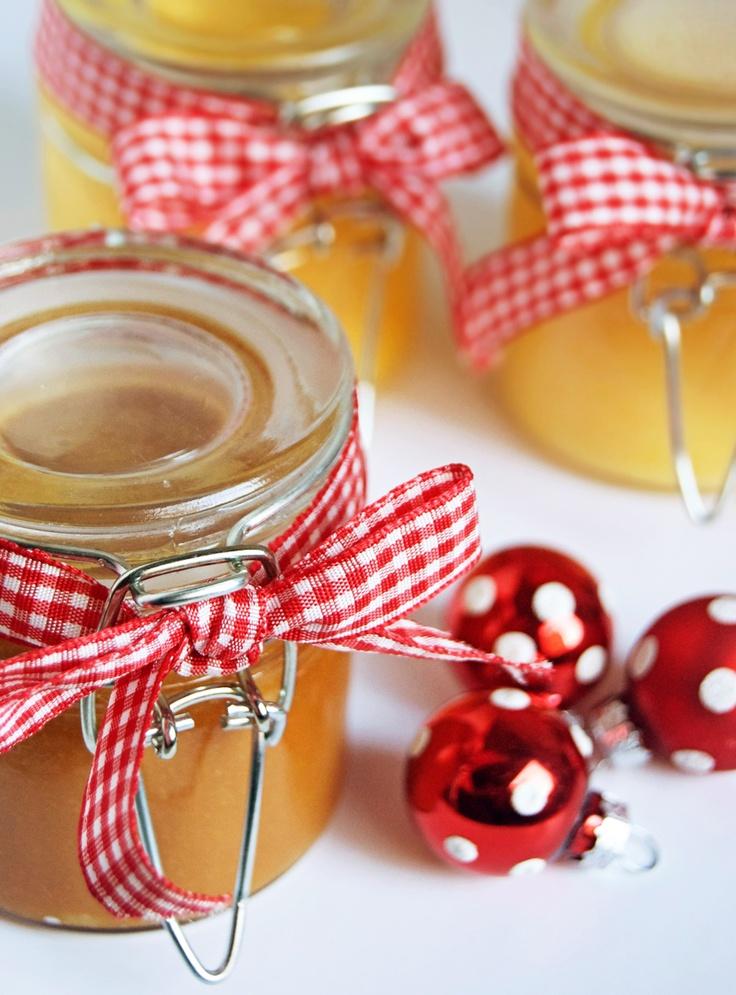 Crema de limón:4 limones,4 huevos  200 gr de azúcar,100 gr de mantequilla.  Exprimimos el zumo de los limones y lo vertemos en un bol, con los huevos y el azúcar. Batimos y ponemos al fuego al baño maría.10 minutos todo el rato dando vueltas-.  Lo que buscamos es una crema pastelera de un intenso color amarillo.