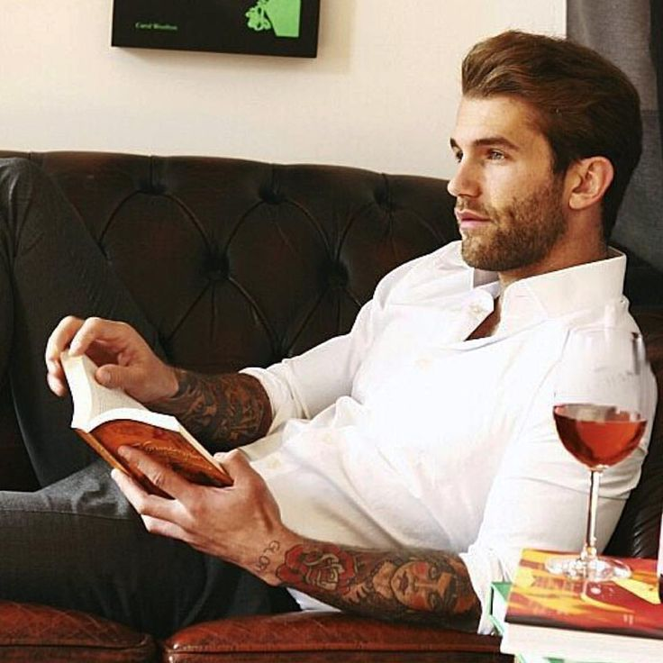 "Lover of books and men en Instagram: ""Here is German model Andre Hamann doing the book and coffee thing that is oh-so-sexy and intriguing. He makes his home in Berlin. Hey! I'm going to Berlin this summer! Think maybe if I hang out long enough on the Kudam I might get lucky??? BTW, Andre is also the brand owner at @hazeandglory clothing. Check it out. Photo reposted from his page @andrehamann"""