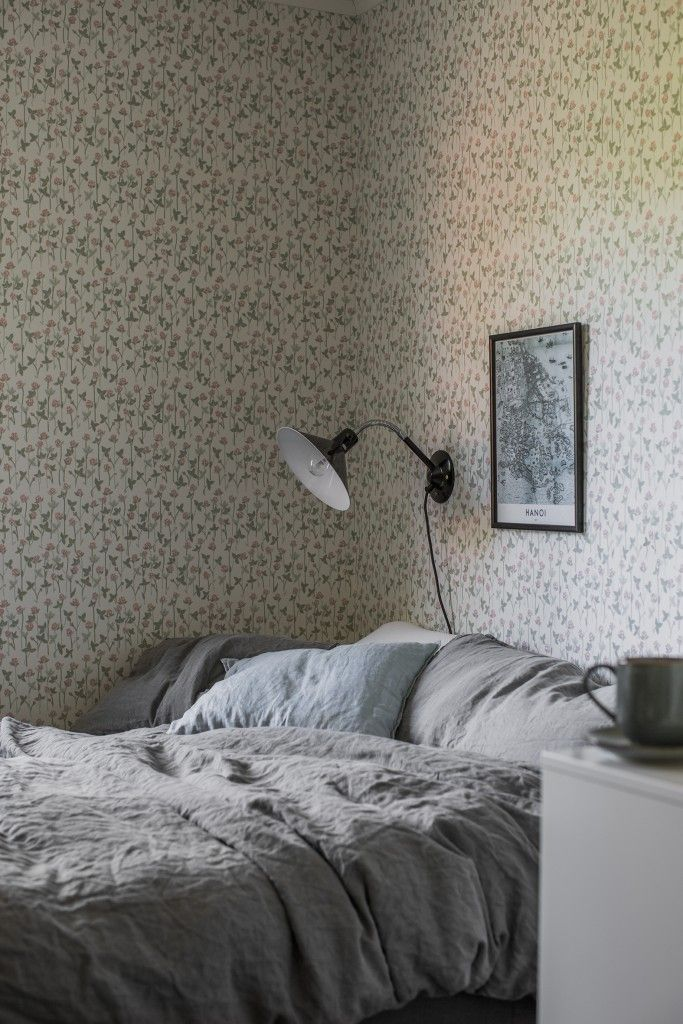 Ditsy print bedroom wallpaper