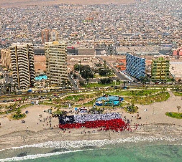 Iquique 2010En el año 2010, alrededor de 12 mil estudiantes se unieron en Iquique para formar la bandera humana más grande del país. Foto Bicentenario Chile.     - EnterrenoEnterreno