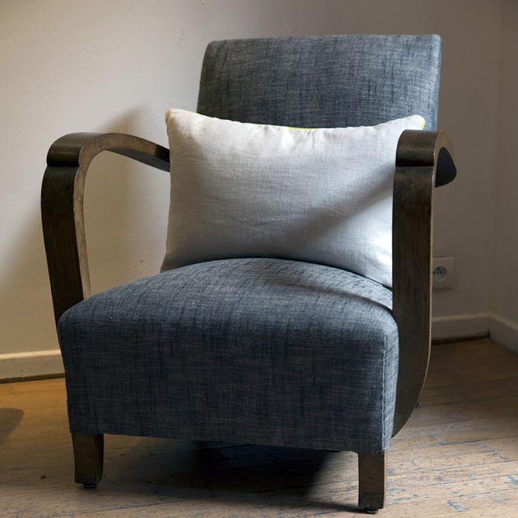 800,00 € Un très beau fauteuil des années 50 avec de jolis accoudoirs en bois, entièrement retapissé dans le lin chiné noir et blanc de L'Hirondelle. L'assise est très confortable. Et nous avons la paire! Dimensions : 67 (L) x 78 (H), 72 (P), 35 (hauteur d'assise)