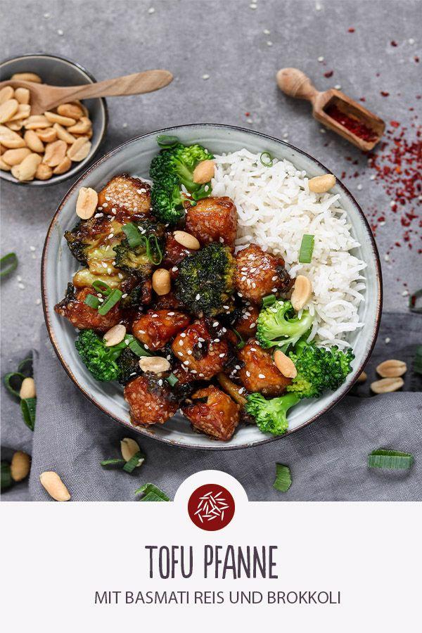 Tofu Pfanne serviert mit Brokkoli und Basmati Reis