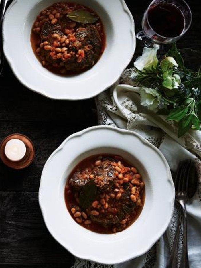 オッソ・ブッコは牛すね肉をトマト、白ワインでやわらかくなるまでじっくり時間をかけて煮込んだ、イタリアの伝統料理。|『ELLE gourmet(エル・グルメ)』はおしゃれで簡単なレシピが満載!