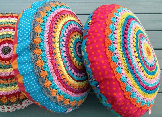 Round Pillow SUNRISE Cushion with crochet por ElealindaDesign