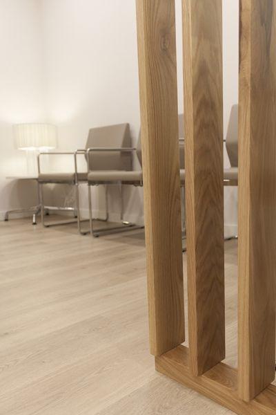 Reforma de Clínica Dental en Barcelona. Además del color blanco introducimos algunos elementos decorativos en madera, para dar el punto de contraste cálido.
