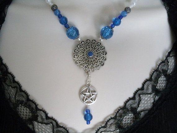 Ehi, ho trovato questa fantastica inserzione di Etsy su https://www.etsy.com/it/listing/166876481/blu-collana-pentacolo-wiccan-gioielli