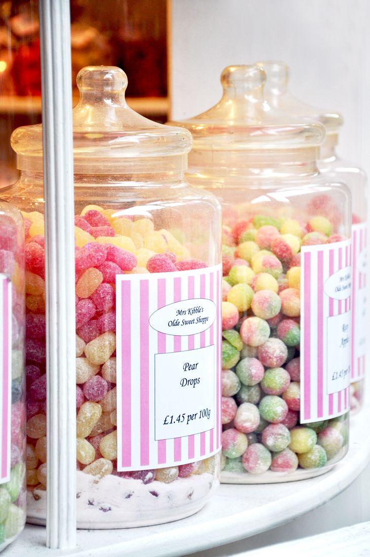 Londres: dans le quartier de Soho, petite boutique de bonbons Mrs Kibbles. On peut composer son sachet de bonbons, je crois que le plus dur est de choisir ! Mrs Kibbles Olde Sweet Shoppe – 57a Brewer Street – London W1F 9UL